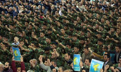 Membros da Guarda Revolucionária do Irã gritam slogans contra os EUA durante a sexta-feira de orações em Teerã.