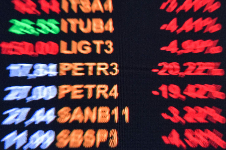 As ações da Petrobras desabaram nesta segunda-feira após o presidente Jair Bolsonaro anunciar que irá trocar o presidente da estatal.