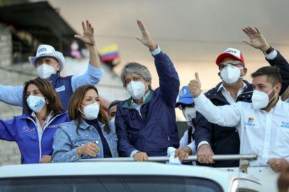 O candidato à presidência do Equador Guillermo Lasso lidera uma caravana pelas ruas de Quito.