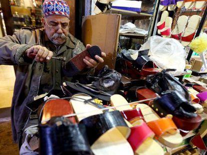 Sapateiro no popular mercado Hamidiyeh, em Damasco.