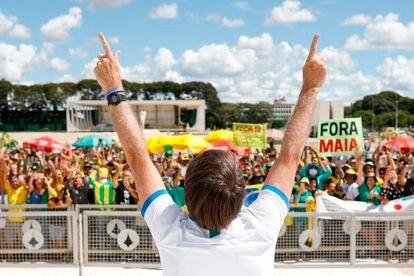 Bolsonaro confraterniza com manifestantes contra o Congresso e o STF, em 15 de março, em Brasília.