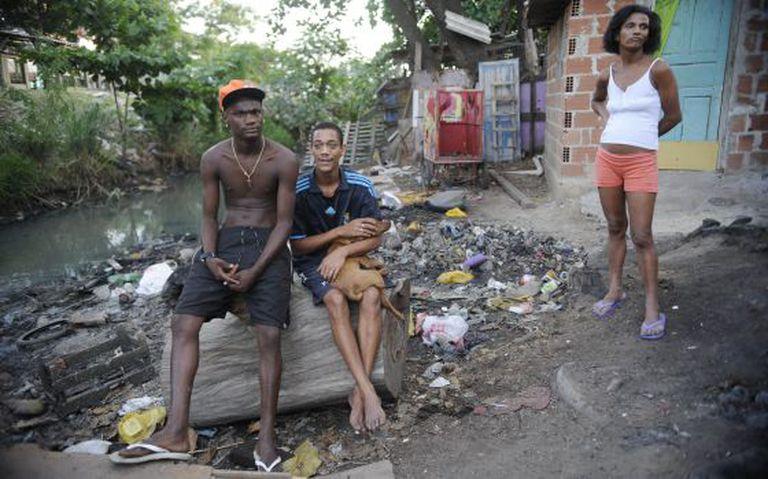 Moradores do Complexo da Maré, no Rio de Janeiro, em abril deste ano.