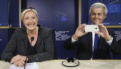 Os líderes de ultradireita da França e Holanda, Marine Le Pen e Geert Wilders, na coletiva de imprensa nesta quarta-feira em Bruxelas.