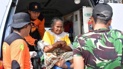 Voluntários e soldados transportam uma idosa, vítima do terremoto, ao hospital em Pantoloan. No vídeo, continua a busca dos milhares de desaparecidos após o terremoto da Indonésia.