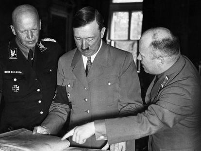 Adolf Hitler revisa edição de 'Minha luta' ('Mein Kampf'), em uma fotografia sem data.