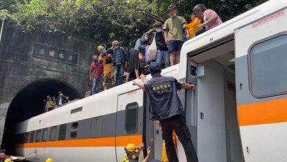 Imagem do acidente ferroviário em Taiwan, publicada pelo @Hualienfastnews no Facebook e distribuída pela Reuters.