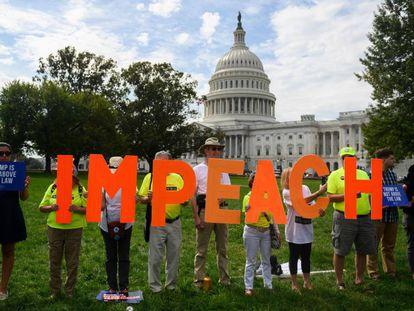 Manifestantes a favor do 'impeachment' contra Trump nesta quinta-feira em Washington, diante do Capitólio.