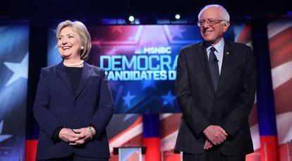 Hillary Clinton e Bernie Sanders, antes do debate em New Hampshire.