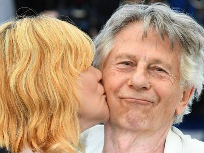 A atriz Emmanuelle Seigner beija a seu marido, Roman Polanski, antes da coletiva de imprensa de 'D'Après une histoire vraie'.