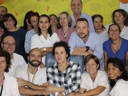 Teresa Romero (centro) posa, neste sábado, com colegas e o marido.