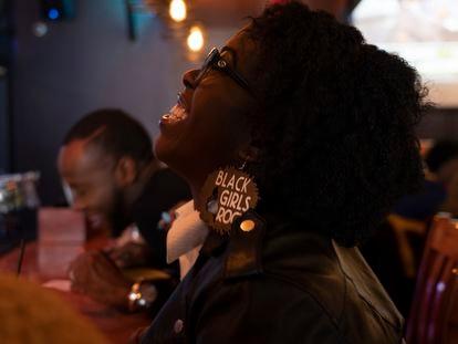 Uma mulher comemora a vitória de Joe Biden no bar Sweet Aubur, em Clayton (Atlanta).