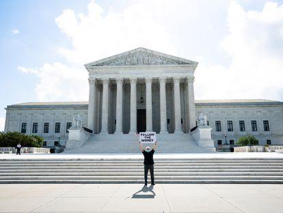 Bill Christeson protesta diante da Suprema Corte dos EUA enquanto esta se prepara para julgar dois casos que buscam obter dados financeiros do presidente Trump, incluindo suas declarações de impostos, em Washington, na quinta-feira.