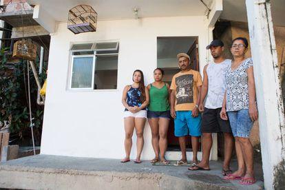 Família de Deivison Faria de Sousa posam para foto no local onde o rapaz foi morto. No chão, marcas de sangue.