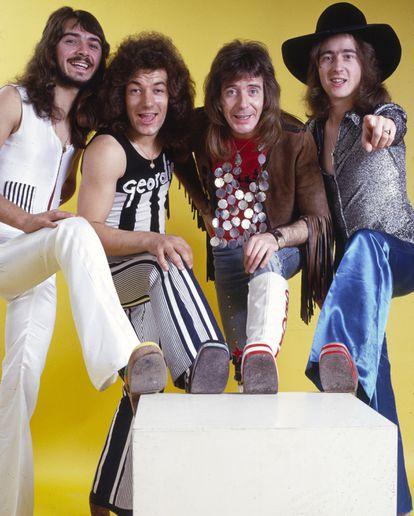 Brian Johnson (segundo, da esquerda para a direita) com Geordie 1974.