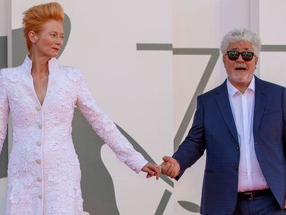 O cineasta espanhol Pedro Almódovar e a atriz britânica Tilda Swinton chegam à sessão de 'A Voz Humana', na segunda jornada do festival de Veneza, nesta quinta-feira.
