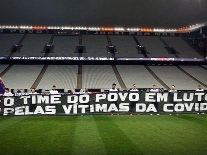 Corinthians exibe faixa de luto em clássico contra o Palmeiras.