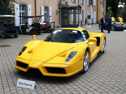 Ferrari Enzo exposta no pátio do leilão em Chéserex, na Suíça.