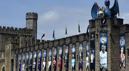 Uma réplica da taça da Champions League, acima do Castelo de Cardiff.