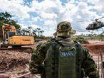 Fiscais do Ibama desativam garimpo ilegal em terra indígena na Amazônia.