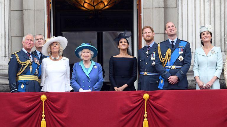A família real, com a rainha Elizabeth II e Meghan Markle ao centro.