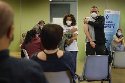 Vacinação em massa para maiores de 50 anos no Centre Civic Montserrat Roig, em Terrasa (Barcelona).