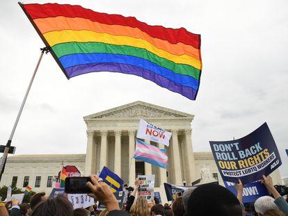 Manifestação em favor dos direitos do coletivo LGBTQ diante da Suprema Corte dos EUA.
