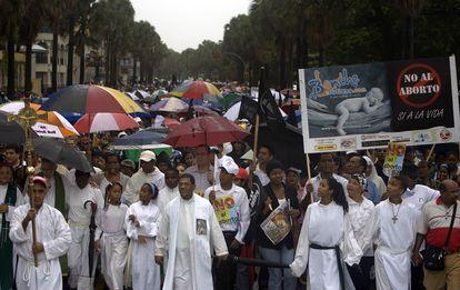 Manifestantes católicos protestam contra a possível legalização do aborto terapêutico em frente ao Congresso em Santo Domingo, em outubro de 2007.