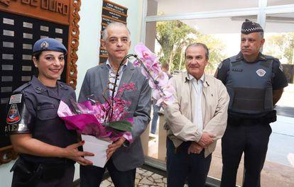 Cabo Kátia recebe flores do governador de SP, Márcio França.