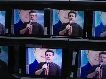 O apresentador e deputado estadual Wallace Souza no seu programa. Em vídeo, trailer da série.