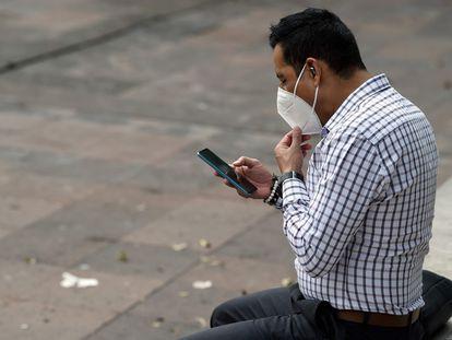 Um homem olha para seu telefone na Cidade do México nesta segunda-feira durante a queda total do Facebook e de suas redes, Instagram e WhatsApp.