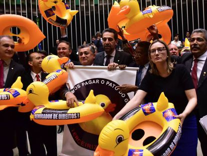 Deputados de oposição protestam contra projeto de lei da terceirização.
