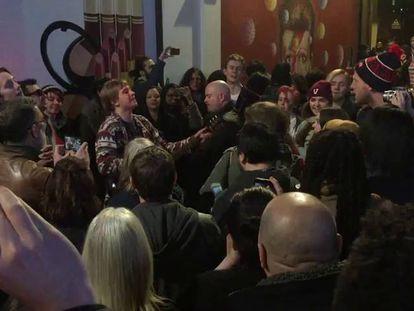 Moradores cantam uma canção de Bowie.