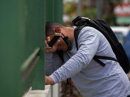 Homem chora do lado de fora da hospital 28 de Agosto, em Manaus, em meio ao segundo colapso da cidade na pandemia. Falta de oxigênio obriga transferência de pacientes para outros Estados.