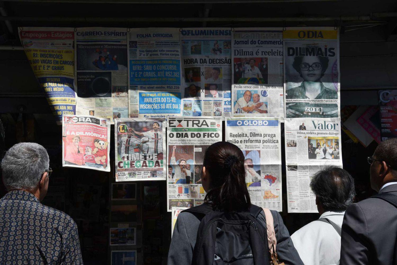 Jornais do dia 16 de junho de 2019 que mostravam a reeleição da ex-presidenta Dilma Rousseff.
