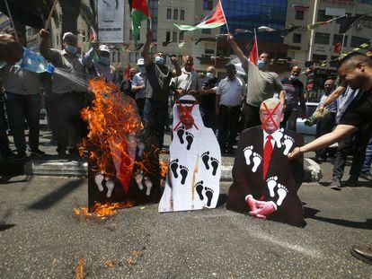 Manifestantes palestinos queimam fotos de Trump, Netanyahu e do xeque Bin Zayed, nesta sexta-feira, em Nablus (Cisjordânia).