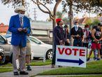 Varias personas hacen cola para poder votar, en Huntington Beach (California). Más de 100 millones de personas votaron antes de la jornada electoral de este martes en Estados Unidos, según la última actualización del recuento realizado por el US Elections Project de la Universidad de Florida, referencia estadística en el tema.