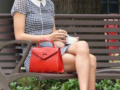 Taylor Swift, tomando um iogurte em um parque de Nova York.