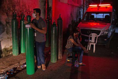 Um homem segura um cilindro de oxigênio em Manaus na última sexta-feira, 15 de janeiro. Familiares de pessoas hospitalizadas tiveram que comprar insumo para suprir falta nos hospitais.