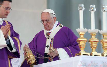 O papa Francisco em uma missa neste sábado, em Nápoles.