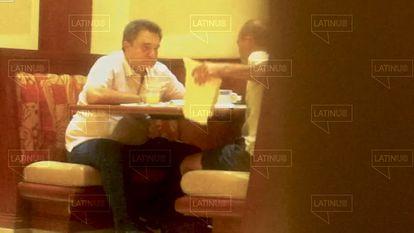 Fotograma do vídeo de Pío López Obrador recebendo de David León um envelope com dinheiro.
