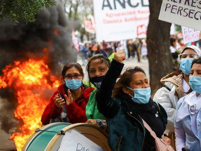 Enfermeiras protestam por melhores salários e condições de trabalho durante a pandemia do coronavírus, em Buenos Aires, na Argentina.