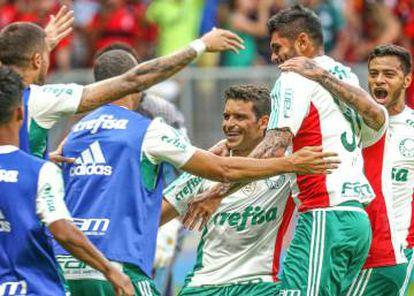 Jogadores do Palmeiras comemoram gol.