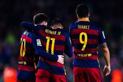 O jogador com Leo Messi e Luis Suárez, em 2016. Os três formaram o célebre tridente de ataque que levou o FC Barcelona a conquistar sua quinta Champions.