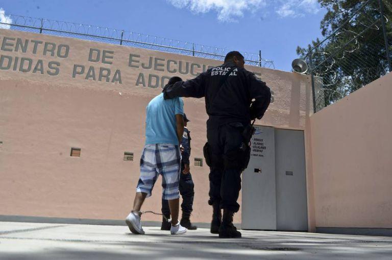 Jovem é conduzido por policial em um centro de internação de Chilpancingo, no estado de Guerrero, México.