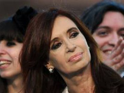 Cristina Fernández Kirchner, na frente de seus filhos, Máximo e Florencia.