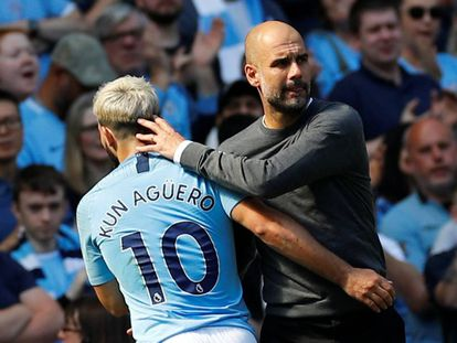 Guardiola cumprimenta Aguero em vitória do City contra o Tottenham pela Premier League.