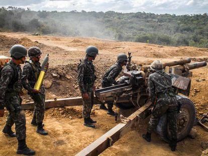 Soldados com um obuseiro, que lança granadas de artilharia.