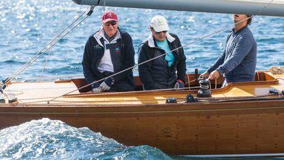 O rei emérito Juan Carlos (primeiro à esquerda), há dois anos em um barco a vela na cidade litorânea de Sanxenxo, na Galícia.