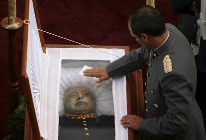 Ataúde de Augusto Pinochet durante seu funeral.