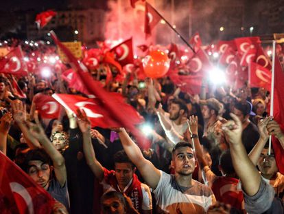 Seguidores de Erdogan demonstram seu apoio na praça Taksim.